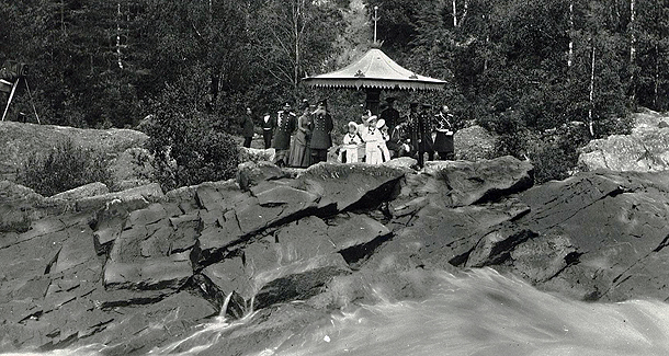 610 Семья российского императора во время осомтра водопада