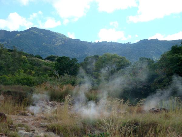 600 В долине горной речки видны струйки пара вырывающего из-под земли