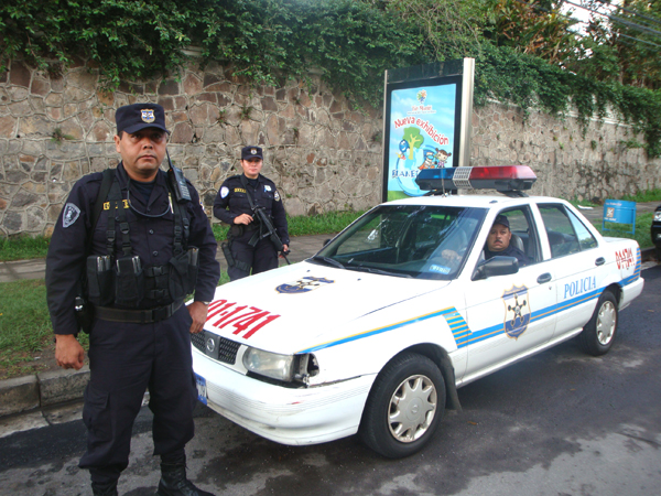 600 Полицейский патруль на улицах Сан-Сальвадора