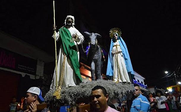 05 Церемония Посадо на гватемальской улице 550